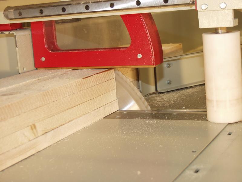 Kopfanpressung des Materials auf beiden Seiten des Sägeblatts