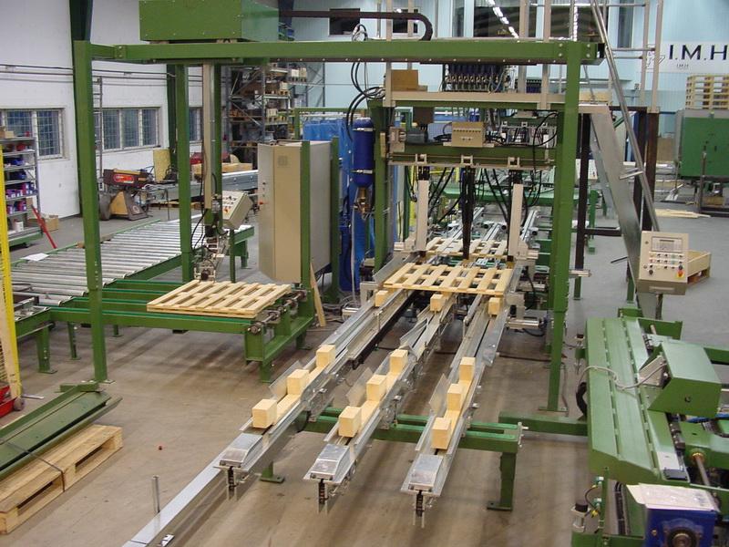 Montagemaschine mit Zuführungen von Kufen und Decks