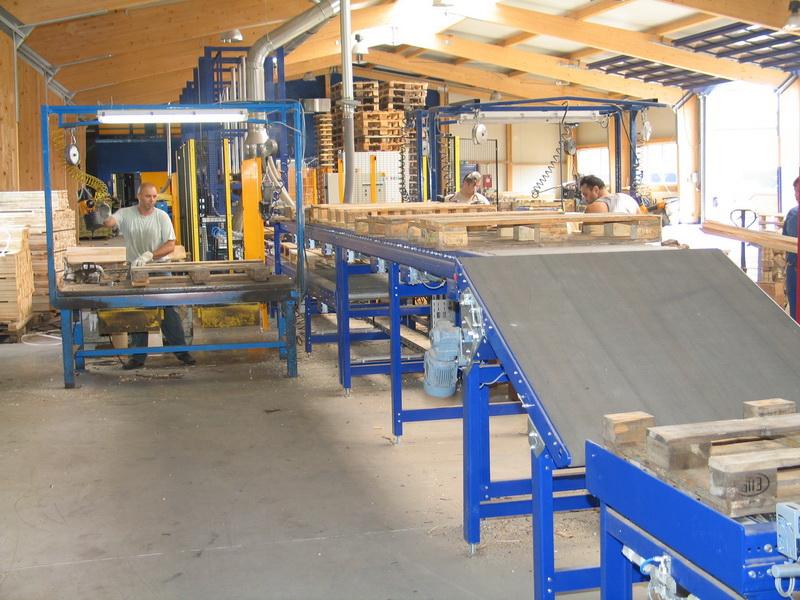 Transport demontierter Paletten zu den Montagearbeitsplätzen