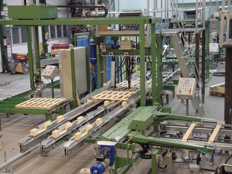 Zuführung von Kufen und Decks zur Montagemaschine