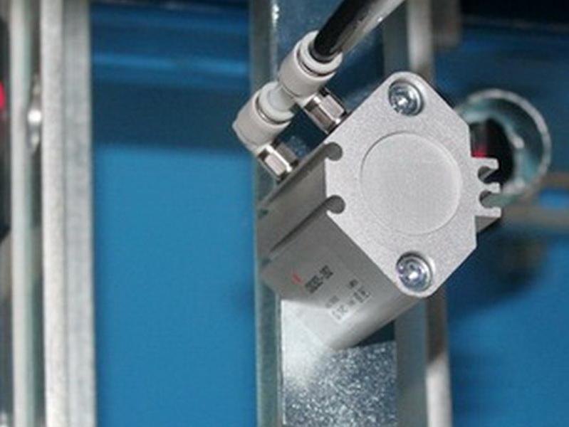 verstellbares Klotzmagazin mit Haltezylinder